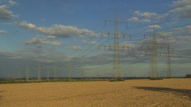 Strommasten auf einem Feld