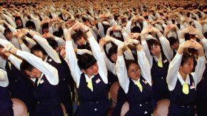 Japanische Verk‰uferinnen bei Lockerungs¸bungen