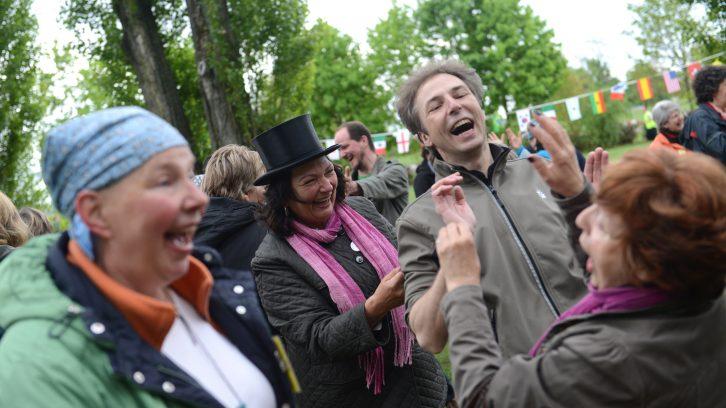 Glückliche lachende Menschen