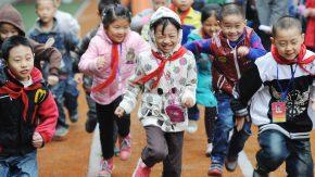 Glückliche chinesische Schulkinder
