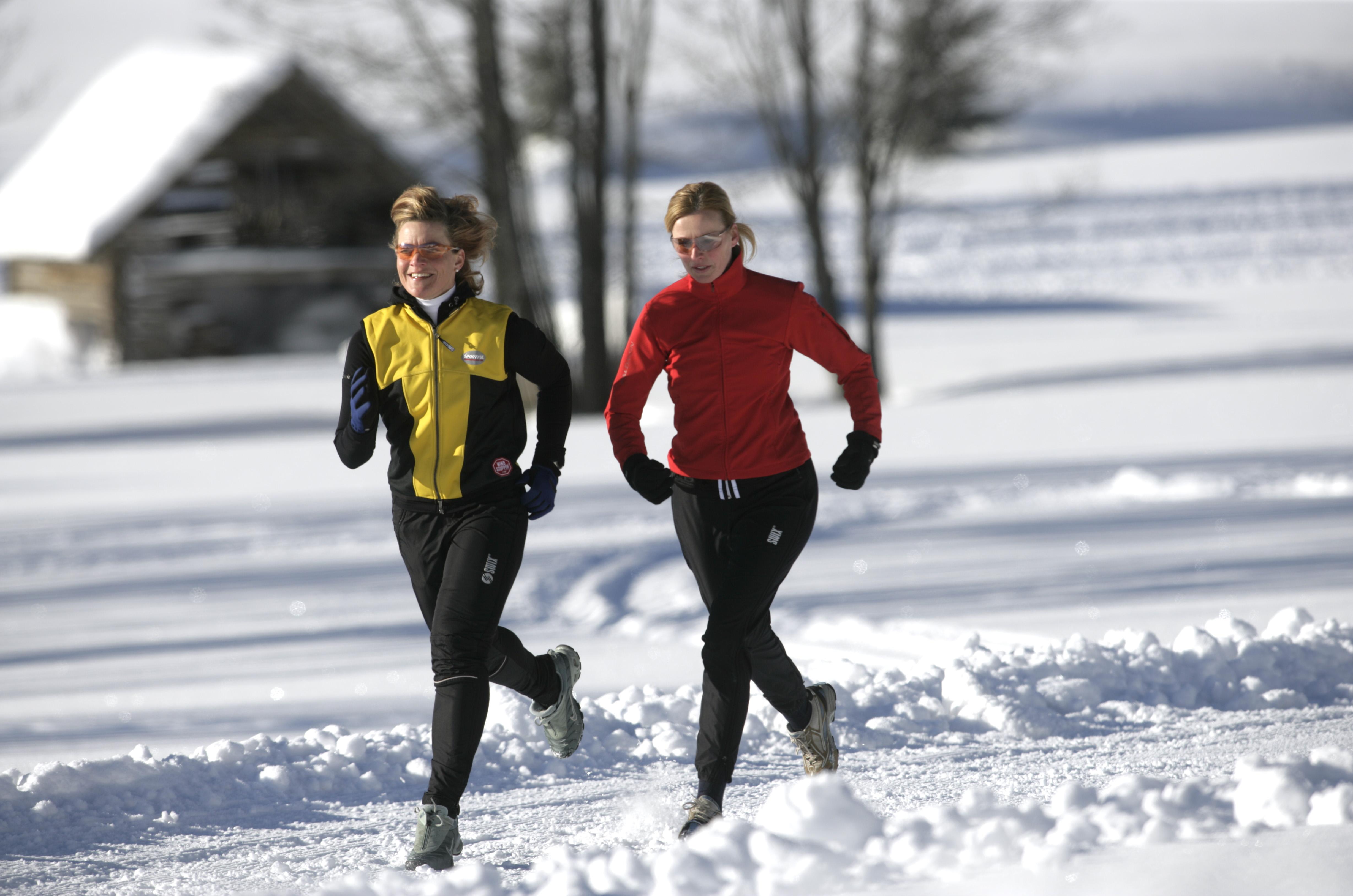 Draußen Joggen im Winter  evidero