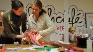 Interessierte treffen sich zum Nähen im Nähcafé Kiel