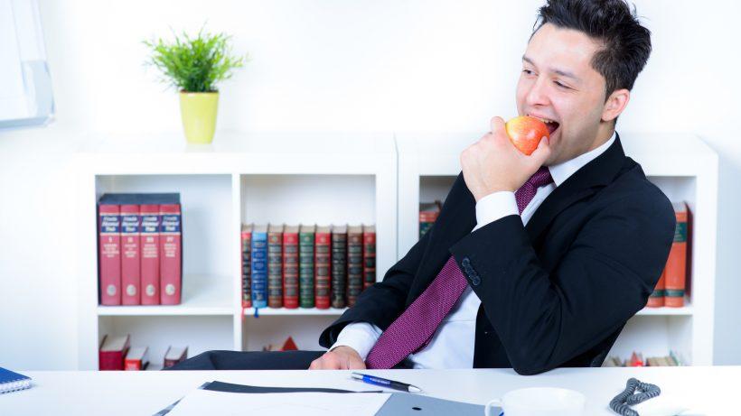 geschäftsmann macht eine pause im büro