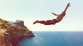 Mann springt von Klippe ins Meer - Angst überwinden