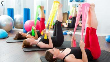 Beim Pilates kann man auch Hilfsmittel nutzen