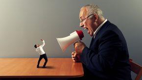 Gewaltfreie Kommunikation: Mann schützt sich vor aggressiv schreiendem Mann