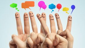 Gewaltfreie Kommunikation: Finger symbolisieren friedliche Kommunikation
