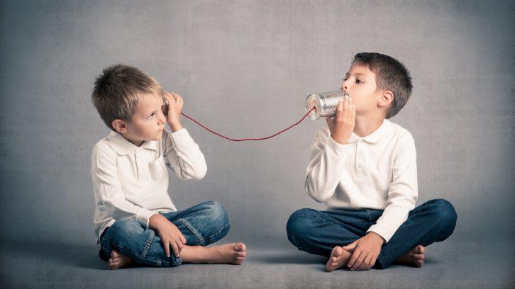 Jungs kommunizieren gewaltfrei