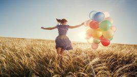 Gewaltfreie Kommunikation: Frau läuft glücklich über Feld