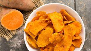 Hausgemachte Süßkartoffelchips in einer Schale