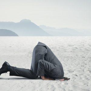 Burnout: Mann steckt den Kopf in den Sand