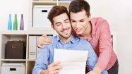 Paar liest sich Liebesbrief vor