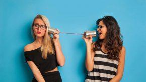 Zwei Frauen streiten mit einem Dosentelefon