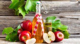 Eine Flasche Apfelsaft oder Apfelessig