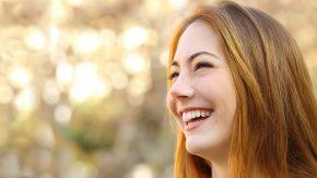 Glückliche lachende Frau
