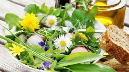 Wildkraeutersalat mit Loewenzahn