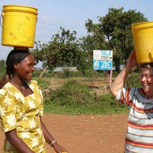 Gemeinsam Wasser tragen beim Mitreiseprojekt Kenya