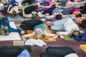 Yin Yoga: Asanas im Liegen und Sitzen