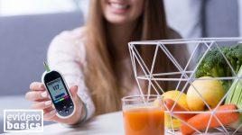 Frau mit Diabetes isst gesund