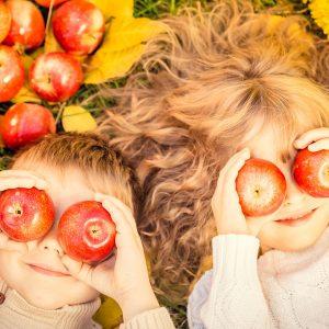 Kinder mit Äpfeln ernähren sich gesund