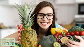 Frau mit rohem Obst und Gemüse
