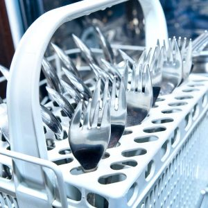 Geschirr in Spülmaschine ist umweltfreundlicher als per Hand abzuwaschen