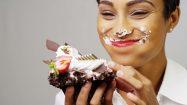 Frau isst Schokokuchen und ist glücklich