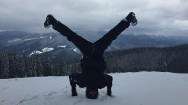 Yoga im Schnee im Winter