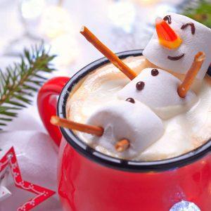 Ein Marshmallow-Schneemann entspannt in heißer Schokolade - So geht Entspannung an Weihnachten