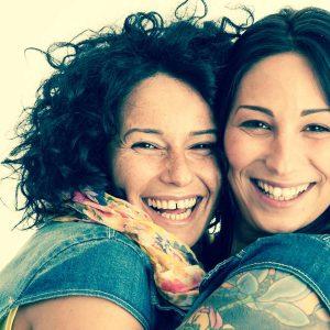 Zwei glückliche Freundinnen: Wir brauchen solche Lieblingsmenschen