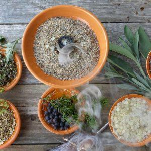 Eine Räucherschale mit Kräutern für spirituelles Räuchern