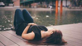 Entspannte Frau am Kanalufer: Glücklich durch Askese