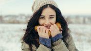 Gesunde Frau im Schnee: Gesund durch den Winter mit einem gesunden Darm