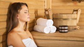 Eine Frau in der Sauna: Ein Saunagang unterstützt das Detox