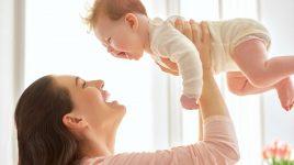 Glückliche Frau mit Baby: Hypnobirthing