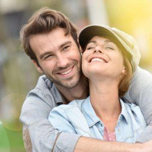 Glückliches Pärchen: Natürliche Verhütung ohne Chemie