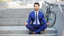 Geschäftsmann beim Yoga - Yoga kann helfen, mit dem Rauchen aufzuhören