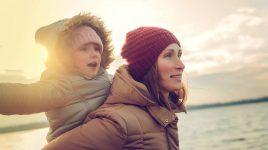 Frau mit Kind am Meer - Kein Stress bei Müttern