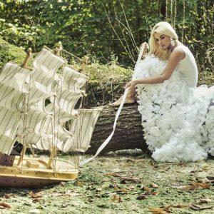 Traumdeutung: Eine Frau im weißen Kleid mit einem Holzschiff - Was hat das zu bedeuten?