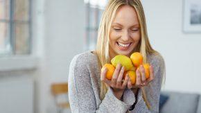 Eine Frau mit Zitrusfrüchten: Sauer statt süß gegen Zuckersucht