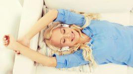 Entspannte Frau auf dem Sofa: Entspannung ist eine Voraussetzung zum Abnehmen