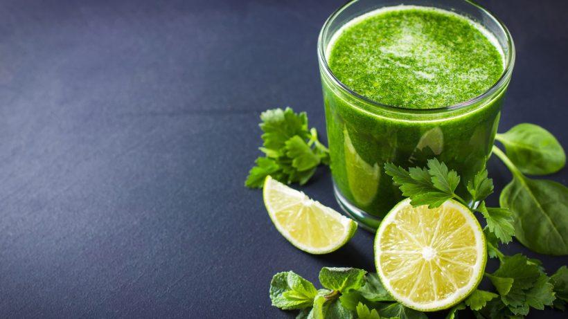 Grüner Saft mit Zitrone