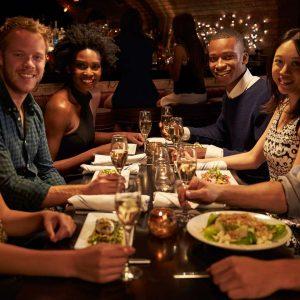 Menschen beim Essen: Social Dining