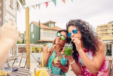 Frau trinken Smoothie auf Ibiza