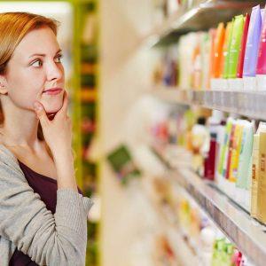 Junge Frau kauft nachhaltig und bewusst im Supermarkt ein