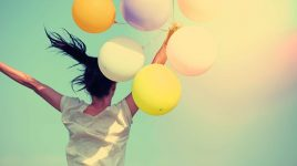 Frau mit Luftballons: Kostenloses Glück