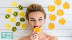 Frau isst Zitrusfrüchte für Vitamin C