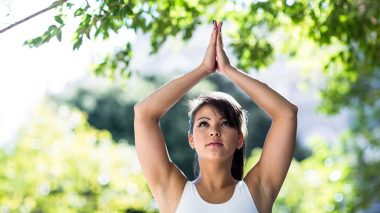 Junge Frau macht Yoga im Frühling zum Abnehmen