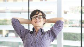 Frau ist entspannt und gelassen auf der Arbeit durch Achtsamkeit