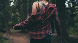 Wegen der Chemikalien in neuer Kleidung muss man sie vor dem Tragen waschen